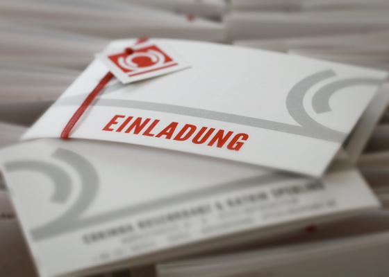 Fotos der gedruckten Einladungen, Anhänger, Danksagungen und Antwortkarten mit dem Hochzeitsdesign für CK
