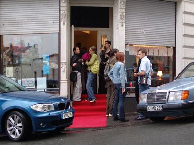 Fotos der Book Release Party mit Lesung und Ausstellung zu Mein Leben mit Mitsu von Marcel Magis