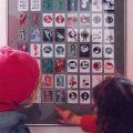 Foto von Kindern in der Ausstellung Illustrationen im Ballhaus