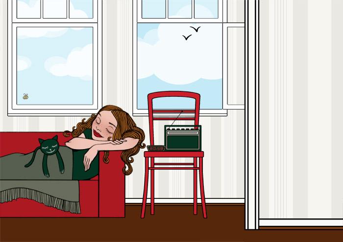 Nickerchen mit Radio, Stoffkatze und Wolldecke auf dem roten Sofa am offenen Fenster für Lucky Lily