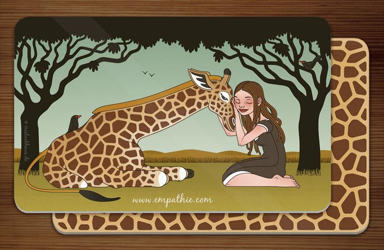 Frühstücksbrettchen mit einer Zeichnung von Mädchen und Giraffe als Freundinnen in der Savanne und einem Giraffenmuster auf der Rückseite für den Empathie-Trainer EmpaTrain