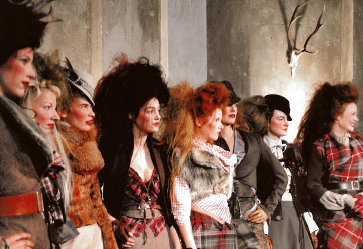 Modenschau mit allen Outfits aus der Jagdfieber Mode Kollektion nach historischer Frauenjagdkleidung und der Kleidung von Jägerinnen zur Jagd von Iris Luckhaus