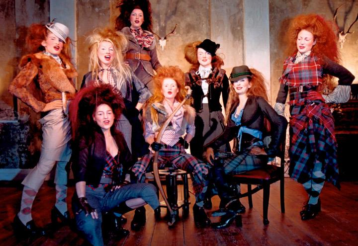 Gruppenbild von Modenschau der Jagdfieber Mode Kollektion nach historischer Frauenjagdkleidung und der Kleidung von Jägerinnen zur Jagd von Iris Luckhaus