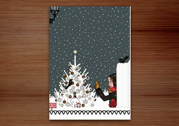 Hochformatige Weihnachtskarte mit der Zeichnung eines Mädchens, das sich von seiner Begeisterung für Schnee hat hinreissen lassen, einen Iglu zu bauen und nun einen Weihnachtsbaum im Park für Amseln und Singvögel mit Meisenknödeln schmückt, für Lily Lux