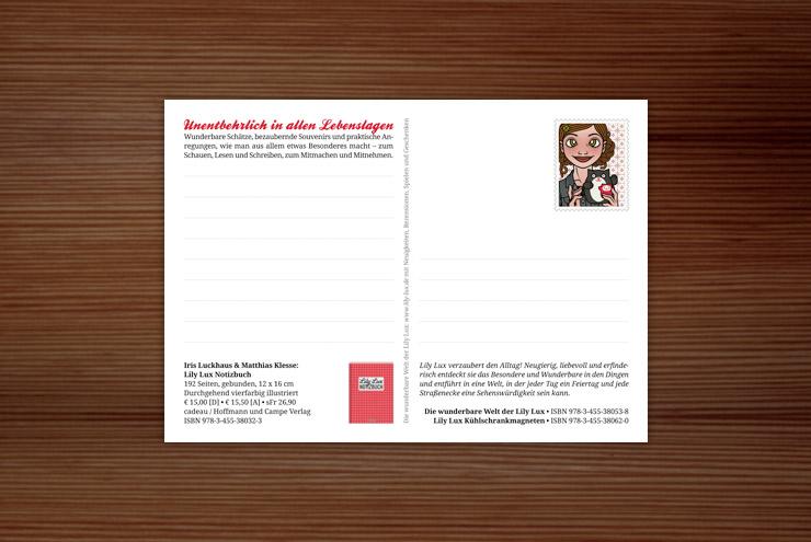Rückseite der Postkarte zur Werbung für das Lily Lux Notizbuch mit Passfoto-Briefmarke und Buchempfehlung