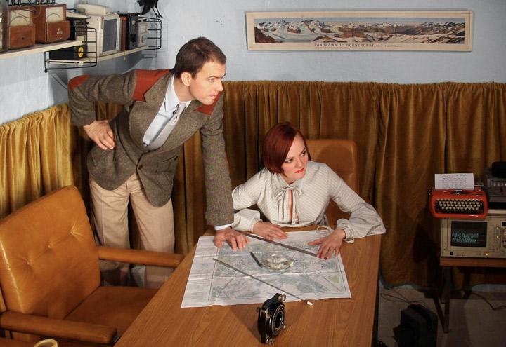 Styling im DDR-Büro mit Landkarten für ein Shooting von Fotos für CD-Cover und Plakate mit der Berliner Band Recorder mit den Musikern Louise Gold und Daniel Dorsch