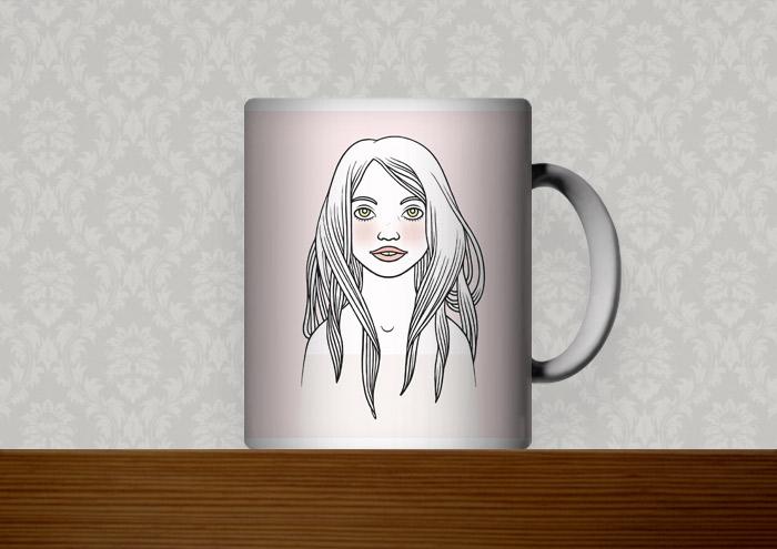 Bedruckte Kaffeetasse mit der Zeichnung eines verträumten Mädchenportraits vor puderrosa Hintergrund