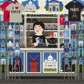 Verkäuferin mit Mops in ihrem Souvenirstand voller Postkarten, Postern und Shirts von Paris