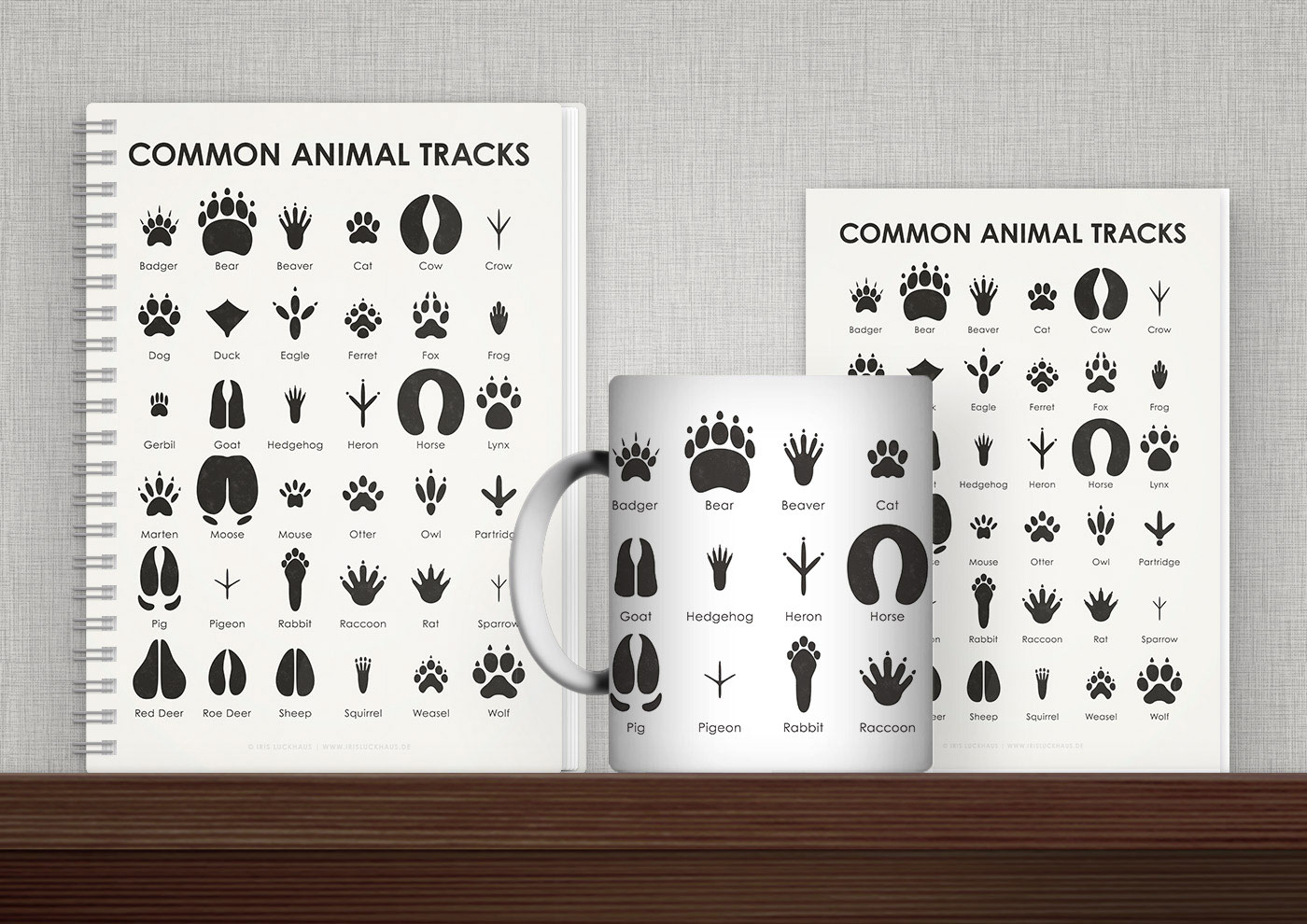 Bedruckte Produkte wie Tasse, Buch, Karte oder Tasche mit einer Schautafel zu Tierspuren von Iris Luckhaus
