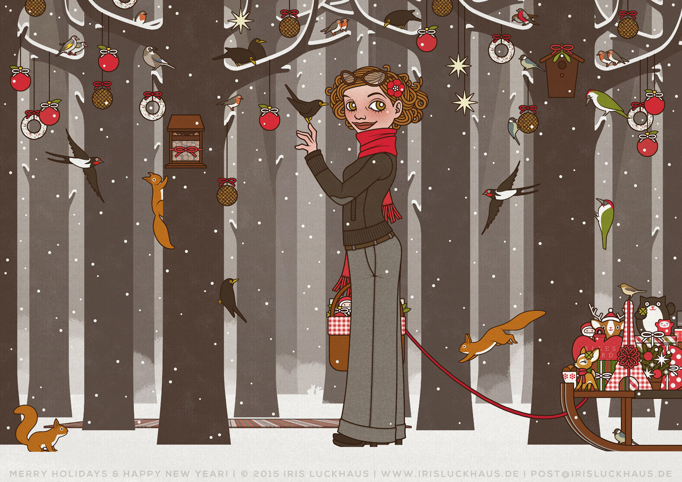 Weihnachtskarte Lily Lux im Winterwald von Iris Luckhaus mit Schlitten, Meisenringen und Tannenbaumkugeln sowie Eichhörnchen, Rotkehlchen, Meisen und Amseln