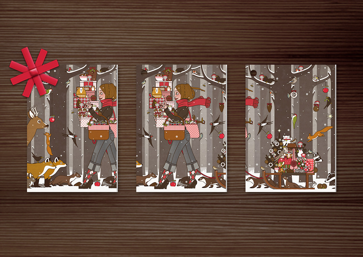 Geschenkanhänger mit der Weihnachtskarte mit der Zeichnung von einem Mädchen, das im Winter und zur Feier des Advents im winterlich verschneiten Wald voller Vorfreude mit Geschenken und Schmuck wie Meisenknödeln, Meisenringen, Äpfeln und Vogelfutter für Waldtiere wie Eichhörnchen, Füchse, Rehe, Singvögel und Amseln unterwegs ist und dem Waschbär, Dachs und Marder einen Meisenknödel vom Schlitten stehlen, für Lily Lux von Iris Luckhaus