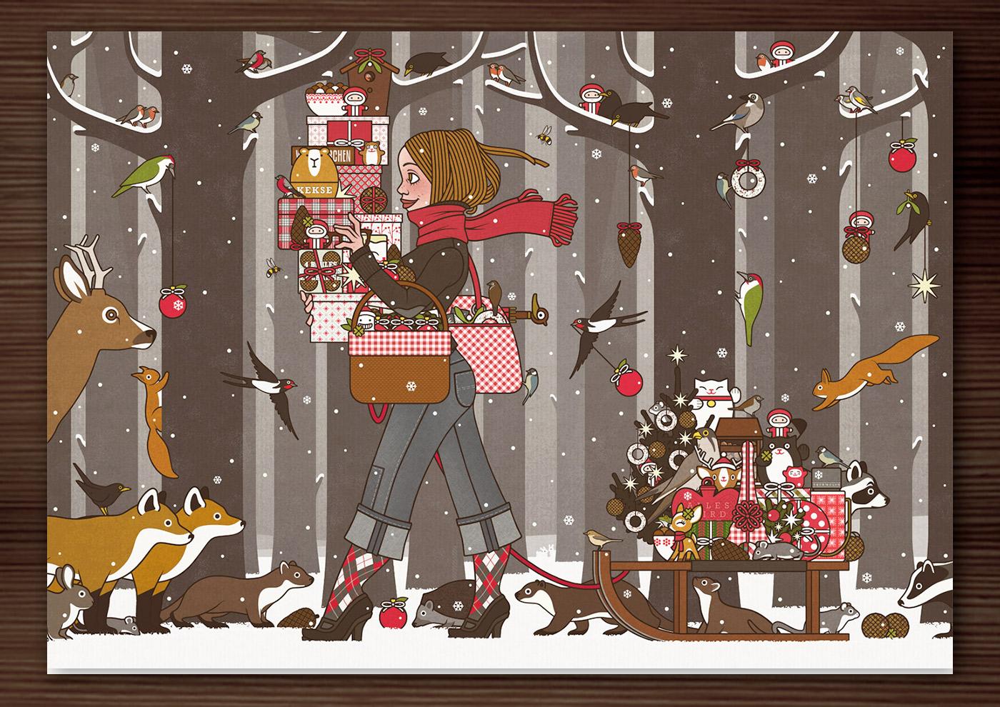 Weihnachtskarte mit der Zeichnung von einem Mädchen, das im Winter und zur Feier des Advents im winterlich verschneiten Wald voller Vorfreude mit Geschenken und Schmuck wie Meisenknödeln, Meisenringen, Äpfeln und Vogelfutter für Waldtiere wie Eichhörnchen, Füchse, Rehe, Singvögel und Amseln unterwegs ist und dem Waschbär, Dachs und Marder einen Meisenknödel vom Schlitten stehlen, für Lily Lux von Iris Luckhaus