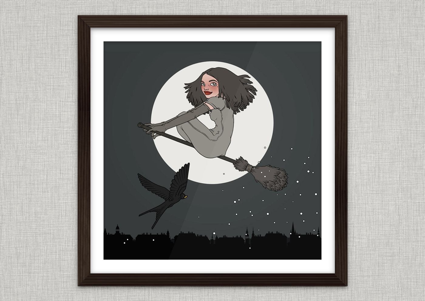 Kunstdruck mit der Illustration Hexenstunde mit einer mädchenhaften Hexe, die auf einem Besen und von einer Schwalbe begleitet vor dem Vollmond durch den Nachthimmel fliegt
